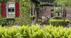 Haus mit Terrasse und Garten Giethoorn Stockbilder