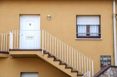 Haus mit Treppe Stockfotografie