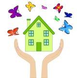 Haus mit varicoloured Schmetterlingen in den Händen auf einem weißen backgro Stockfotografie