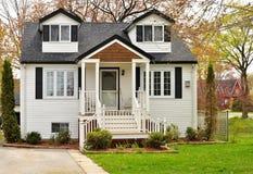 Haus mit weißem Abstellgleise Stockfotos