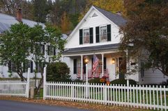 Haus mit weißem Pfostenzaun Lizenzfreie Stockbilder