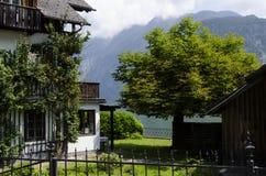Haus mit Yard am Rand des Hallstatt Sees stockfotos