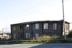 Haus nach dem Feuer Im Dorf gab es ein Feuer, und das große Haus brannte fast vollständig unten Es gab keine Fenster, nein Stockfotografie