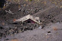 Haus nach Eruption von Ätna stockfotos