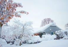 Haus nach Schneefällen Lizenzfreies Stockbild