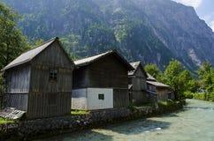 Haus nahe dem Fluss mit der Alpenansicht stockfotos