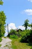 Haus nahe der Straße Stockfotos