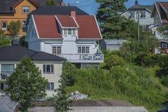 Haus nahe der Ufergegend in Meer fünf Stockfotos