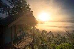 Haus am Nebelwald am Morgen Lizenzfreie Stockfotografie