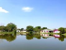 Haus neben Kanal Stockfotos