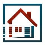 Am Haus oder in ihrer Wohnung, ist sie schönes Leben! Immobilienkonzept des Logos Lizenzfreie Stockfotos