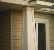 Haus-Pfosten und Überhang Stockfoto