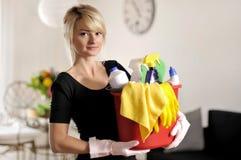 Haus putzen, Frau, die Eimer mit Reinigungsmittel hält lizenzfreie stockfotos