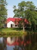Haus reflektiert im See Stockbild