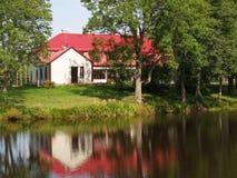 Haus reflektiert im See Lizenzfreie Stockbilder