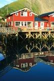 Haus reflektiert im Wasser Lizenzfreie Stockfotos