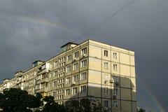 Haus, Regenbogen und Wolken auf dem blauen Himmel Stockfotos