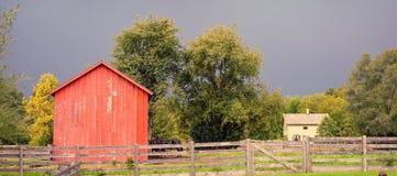 Haus-Scheune und Zaun lizenzfreie stockfotos