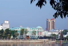 Haus Sevostyanov. Ansicht von der Seite des Teichs. Lizenzfreie Stockbilder