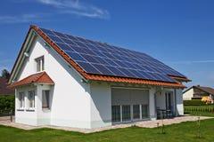 Haus, Sonnenkollektor Stockfoto