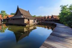 Haus thailändisch im Wasser Stockfotos