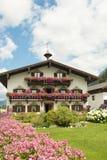 Haus in Tirol mit schönen Blumen auf Balkon Lizenzfreie Stockbilder