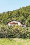 Haus umgeben durch Bäume lizenzfreies stockfoto
