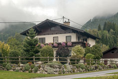 Haus umgeben durch Bäume Lizenzfreie Stockbilder