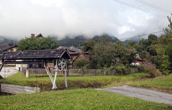 Haus umgeben durch Bäume Stockfotos