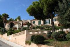 Haus umgeben durch Grün Lizenzfreie Stockfotos