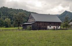 Haus umgeben durch Wiesen Stockbild