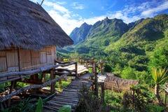 Haus und Ansicht über den hohen Berg Lizenzfreies Stockbild