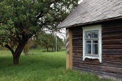 Haus und Apfelbaum Lizenzfreie Stockfotos