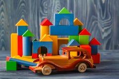 Haus und Auto des Holzes Stockfotografie