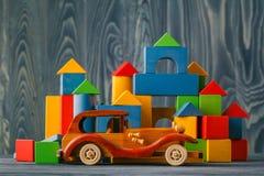 Haus und Auto des Holzes Lizenzfreie Stockfotos