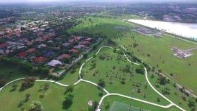 Haus- und Baumflächenansicht Grundbesitz? Häuser, Ebenen für Verkauf oder für Miete stock video