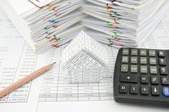 Haus und Bleistift mit Taschenrechner Lizenzfreies Stockfoto