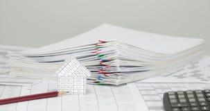 Haus und Bleistift mit Unschärfe häufen Überlastungspapierzeitspanne an stock footage