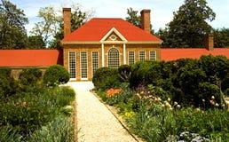 Haus und Blumen-Garten Stockfotos