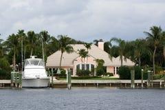 Haus und Boot lizenzfreie stockfotos