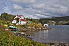 Haus und Boot durch Wasser Stockfoto