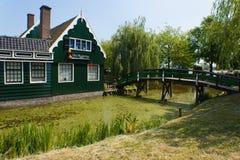 Haus und Brücke Stockbild