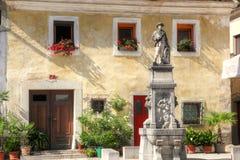 Haus und Brunnen in Radovljica Lizenzfreie Stockbilder