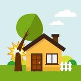 Haus und defekter Baum Stockfoto