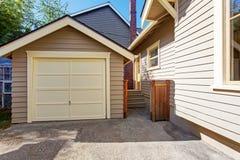 Haus und Garage in der Schindelabstellgleisordnung Stockbilder