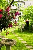 Haus und Garten lizenzfreie stockfotos