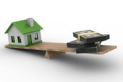 Haus und Geld auf Skalen Stockbild