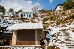 Haus- und Geschäftsabdeckung mit Schnee im Hügelbereich stockfotos