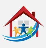 Haus und glückliche Familie Lizenzfreie Stockfotos