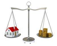 Haus und Goldmünzen auf der Skala Stockfotografie